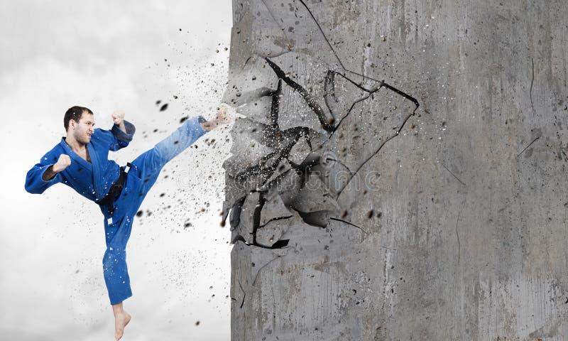 Homem do karaté no kimino azul imagens de stock