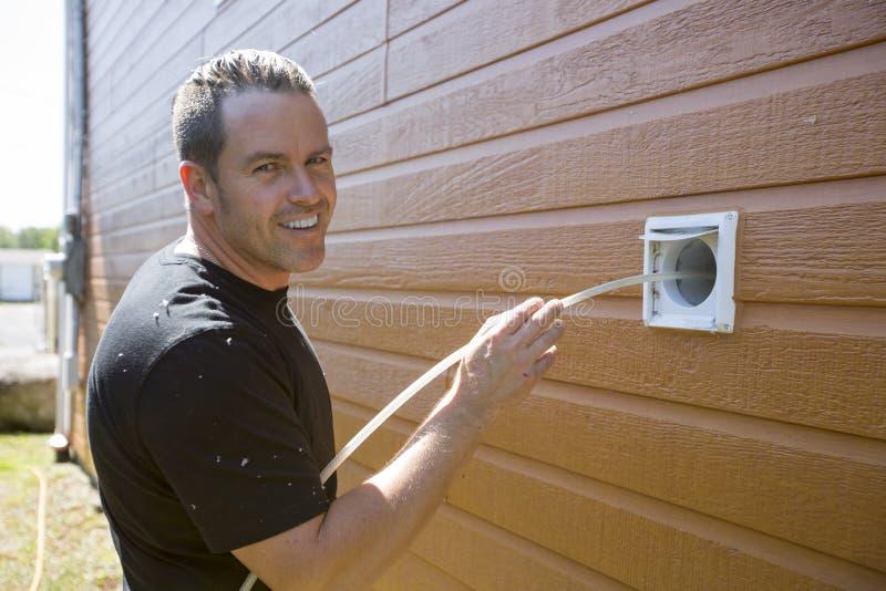 Homem do líquido de limpeza da ventilação no trabalho com ferramenta fotos de stock royalty free