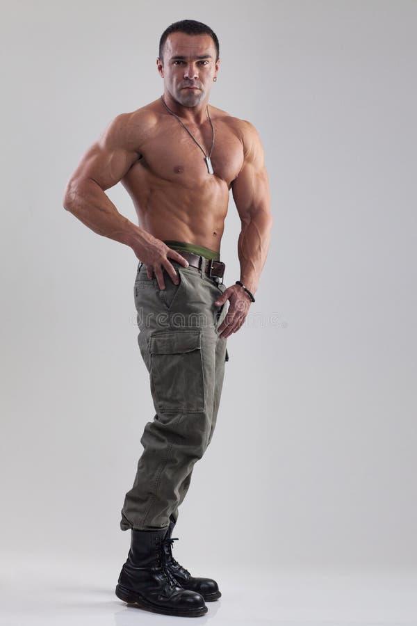 Homem do músculo na roupa militar imagem de stock royalty free