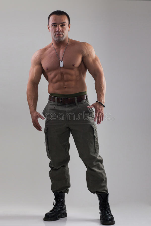 Homem do músculo na roupa militar foto de stock royalty free