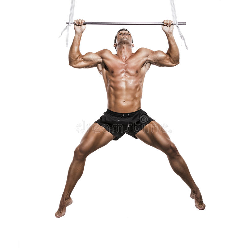 Homem do músculo que faz elevações imagem de stock