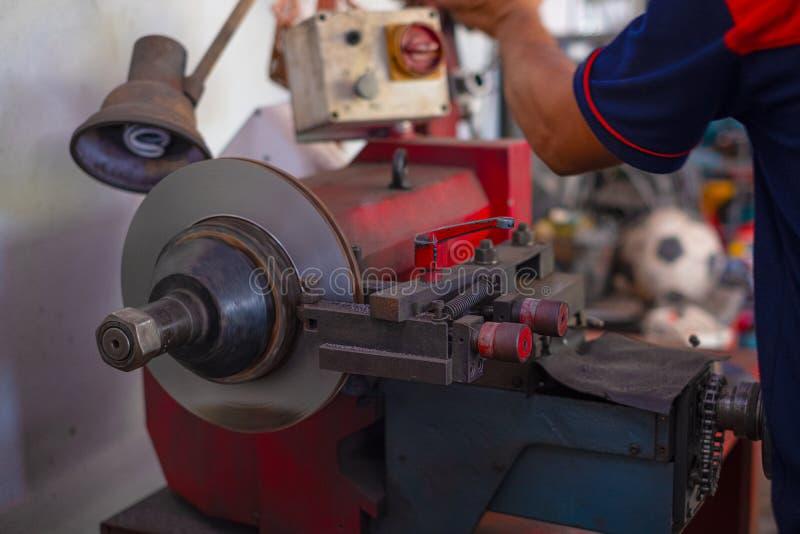 Homem do mecânico que repara o freio fotos de stock