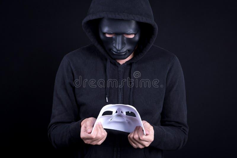 Homem do mistério que guarda e que olha a máscara branca imagens de stock royalty free