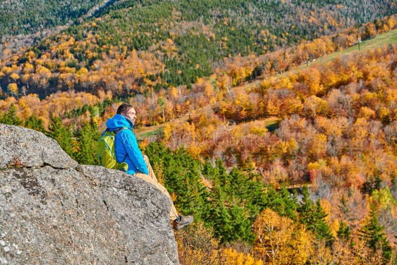 Homem do mochileiro no blefe do artista no outono foto de stock