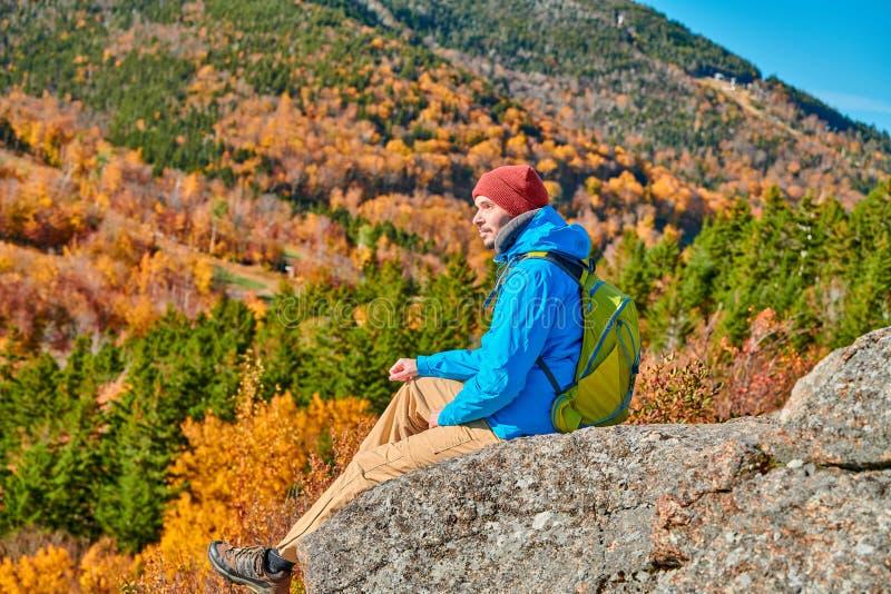 Homem do mochileiro no blefe do artista no outono fotografia de stock