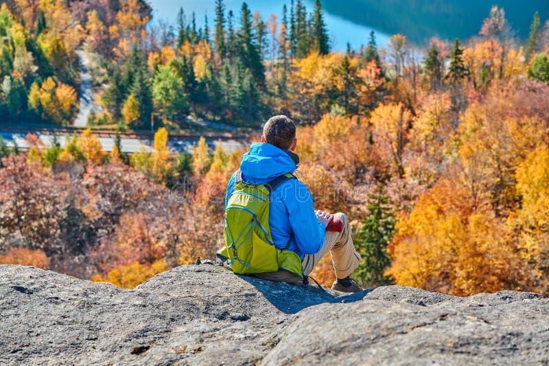 Homem do mochileiro no blefe do artista no outono fotos de stock royalty free