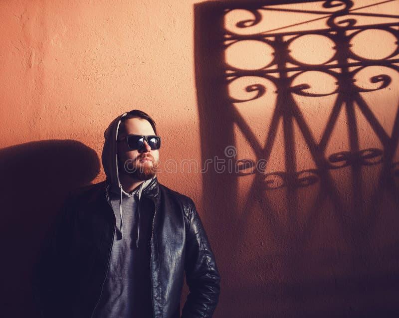 Homem do moderno com a barba na capa imagens de stock