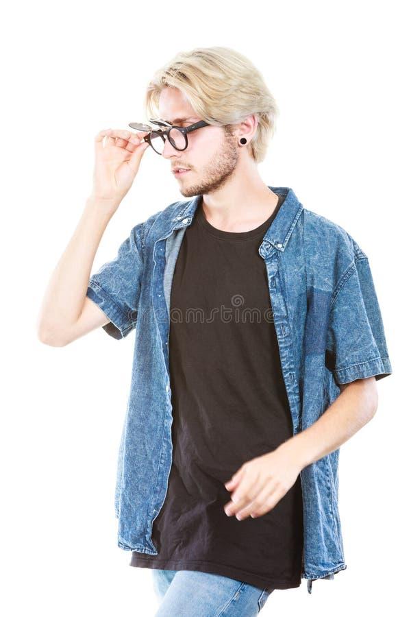 Homem do moderno com o tiro excêntrico do estúdio dos vidros foto de stock