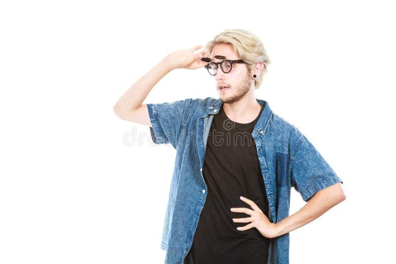 Homem do moderno com o tiro excêntrico do estúdio dos vidros foto de stock royalty free