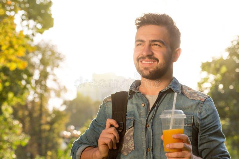 Homem do moderno que anda no parque fotografia de stock