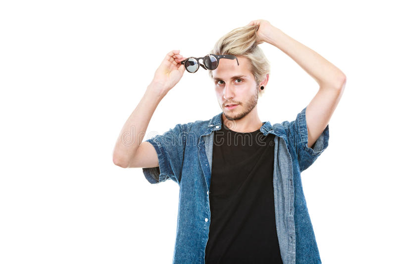 Homem do moderno que mostra o tiro excêntrico do estúdio dos vidros fotos de stock royalty free