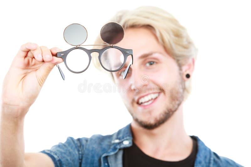 Homem do moderno que mostra o tiro excêntrico do estúdio dos vidros fotografia de stock