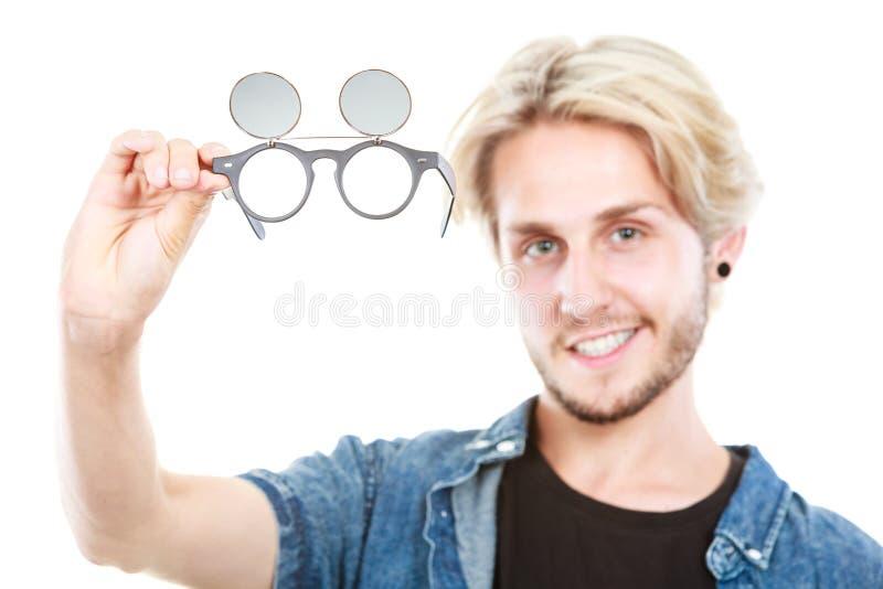 Homem do moderno que mostra o tiro excêntrico do estúdio dos vidros imagens de stock royalty free