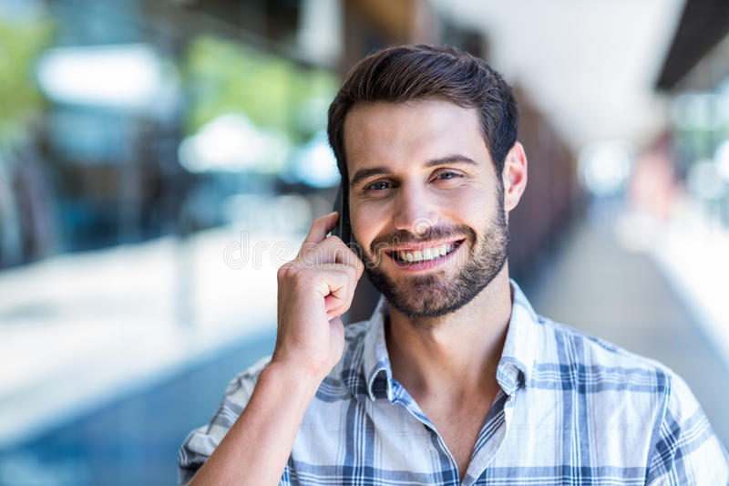 Homem do moderno que usa seu smartphone na cidade fotos de stock royalty free