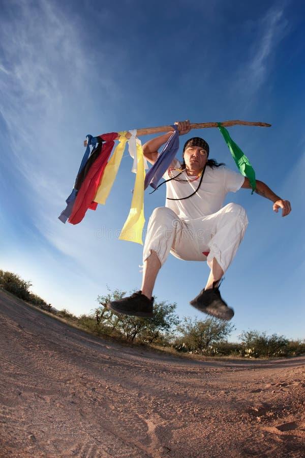 Homem do nativo americano com bandeiras coloridas imagem de stock