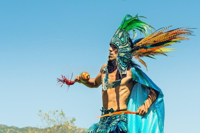 Homem do nativo americano que executa a dança tradicional Powwow 2019 do dia de Chumash e recolhimento intertribal em Malibu, CA imagens de stock royalty free