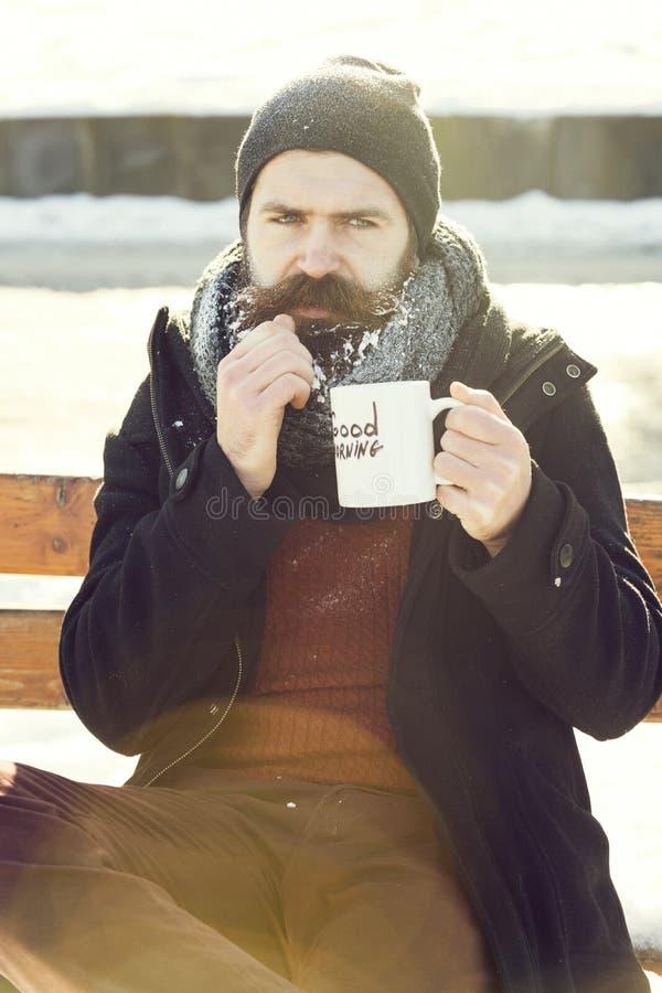 Homem do olhar severo, moderno farpado com barba e bigode coberto com as bebidas brancas da geada do copo com texto do bom dia fotos de stock
