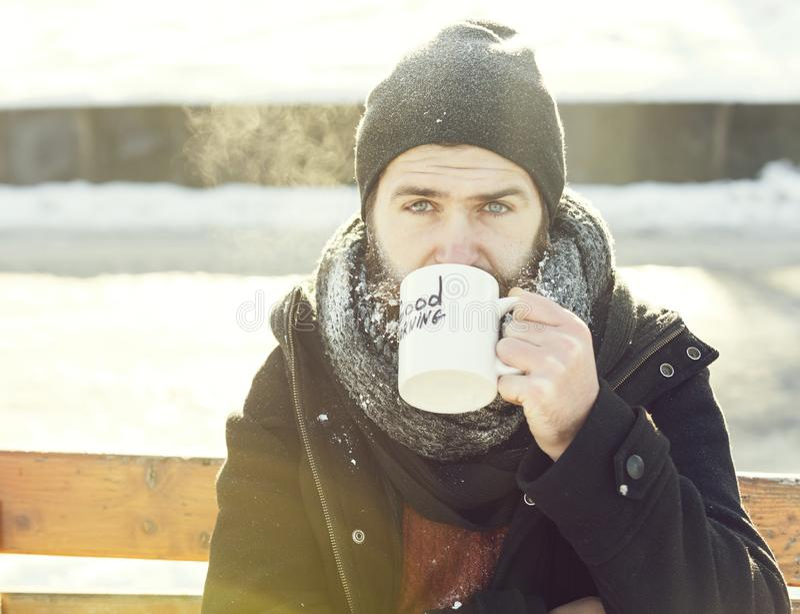 Homem do olhar severo, moderno farpado com barba e bigode coberto com as bebidas brancas da geada do copo com texto do bom dia foto de stock