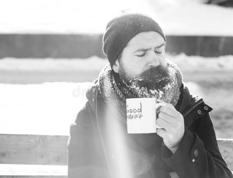 Homem do olhar severo, moderno farpado com barba e bigode coberto com as bebidas brancas da geada do copo com texto do bom dia fotos de stock royalty free