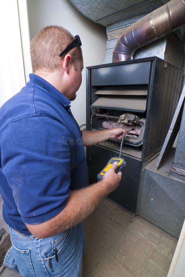 Homem do reparo do calefator fotografia de stock