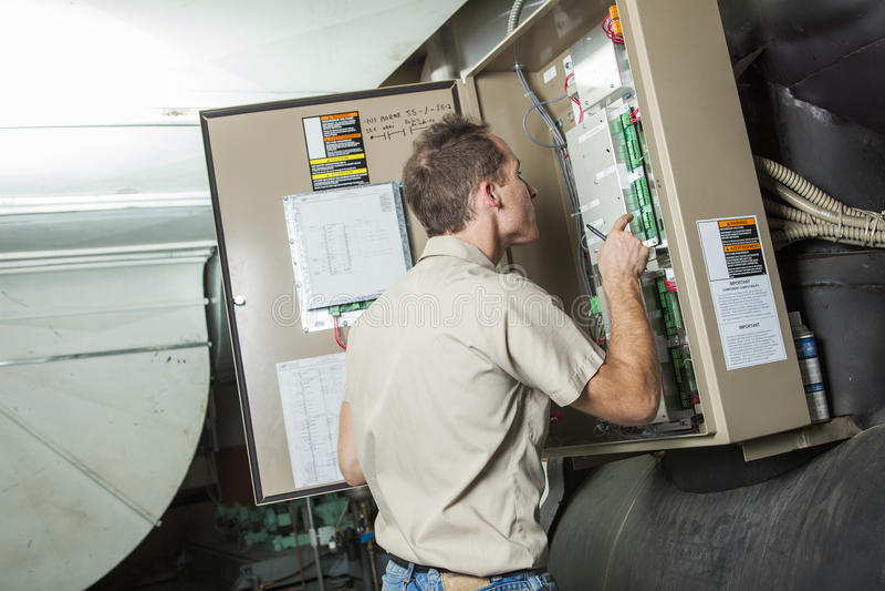 Homem do reparo do condicionador de ar no trabalho imagem de stock royalty free
