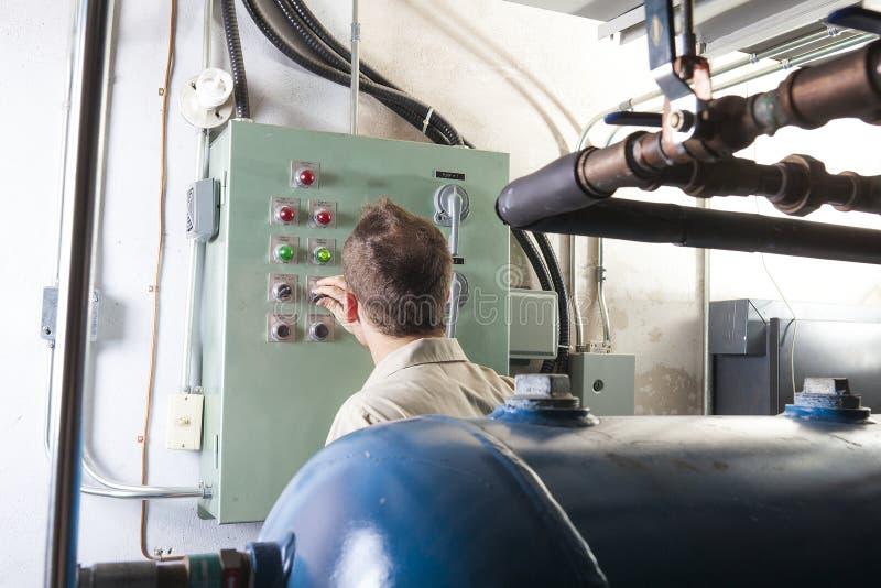 Homem do reparo do condicionador de ar no trabalho fotos de stock