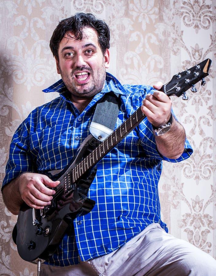 Homem do retrato com guitarra foto de stock
