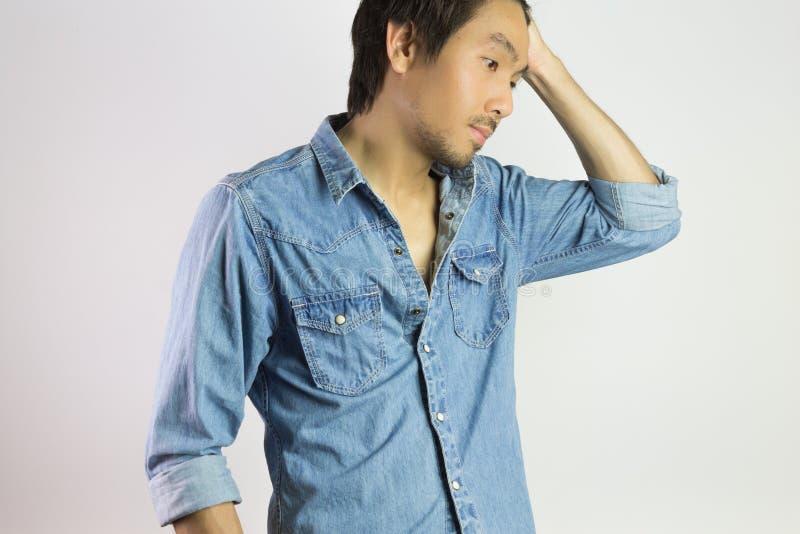 Homem do retrato nas calças de brim camisa ou no cabelo do balanço da forma da camisa da sarja de Nimes acima da pose fotografia de stock royalty free