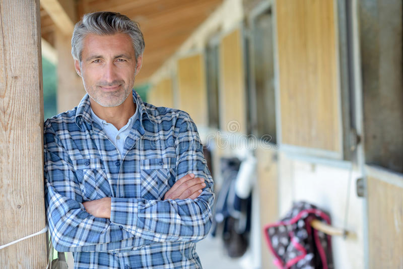 Homem do retrato no centro equestre foto de stock royalty free