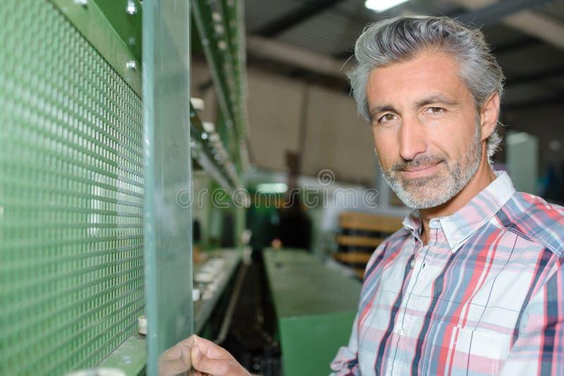 Homem do retrato que guarda o vidro fotografia de stock