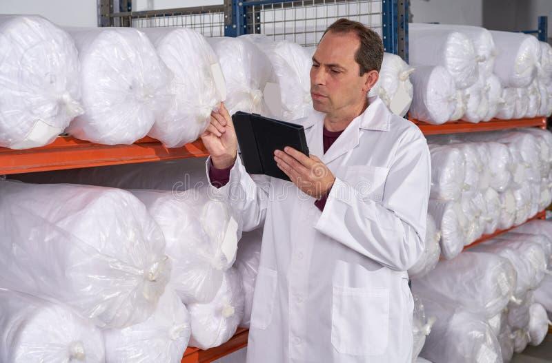 Homem do supervisor do armazém na fábrica da forma fotos de stock royalty free