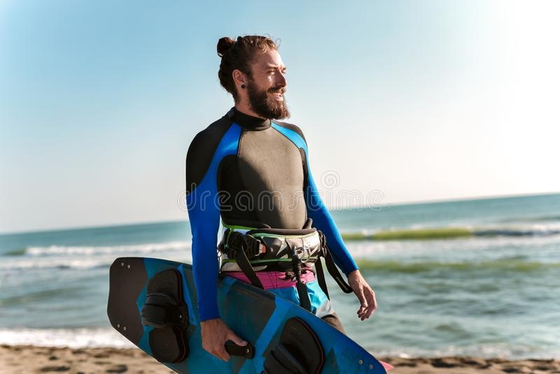 Homem do surfista com placa de ressaca na praia Atividade do esporte do ver?o fotos de stock