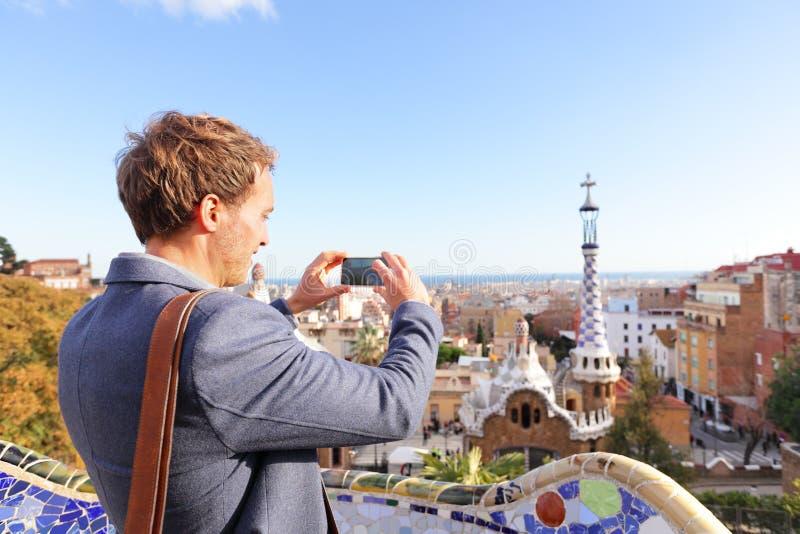 Homem do turista que toma a foto no parque Guell, Barcelona imagens de stock