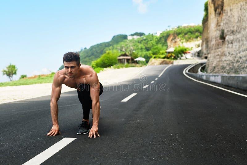 Homem do velocista no começo, pronto para ser executado fora Esportes Running fotos de stock royalty free