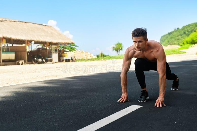 Homem do velocista no começo, pronto para ser executado fora Esportes Running imagens de stock royalty free