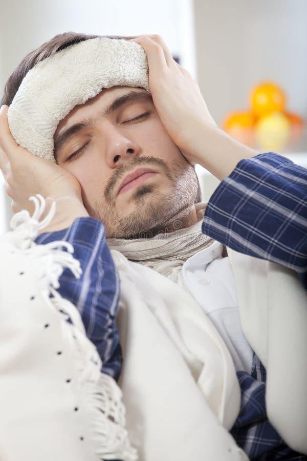 Homem doente com febre elevada imagem de stock