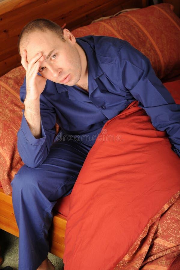 Homem doente na cama fotos de stock