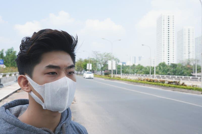 Homem doente na máscara imagens de stock