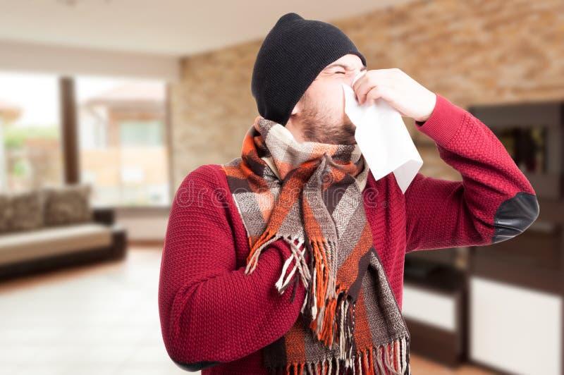 Homem doente que funde seu nariz com lenço de papel imagens de stock