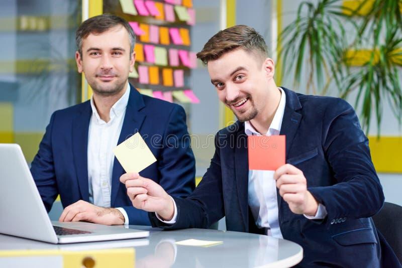 Homem dois caucasiano maduro que tem o divertimento no escritório fotos de stock