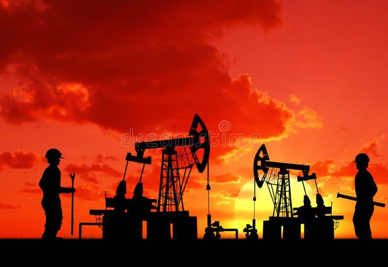 Homem dois no campo petrolífero com bomba imagens de stock royalty free