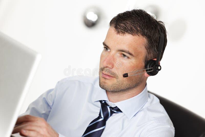 Homem dos auriculares foto de stock royalty free