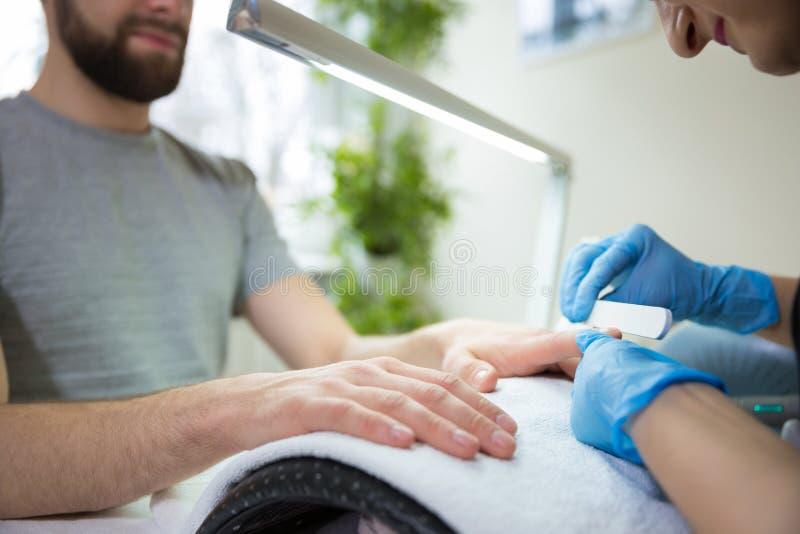 Homem durante o tratamento de mãos foto de stock royalty free