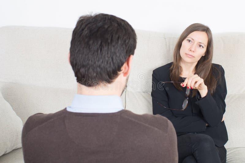 Homem durante uma sessão da psicanálise imagem de stock