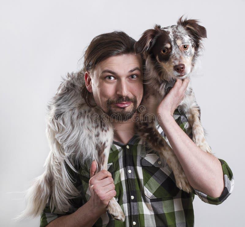 Homem e cão no fundo branco foto de stock royalty free