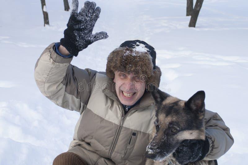 Homem e cão no inverno imagem de stock