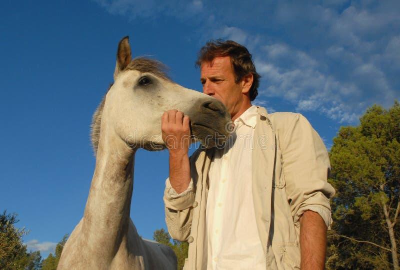 Homem e cavalo pequeno imagens de stock