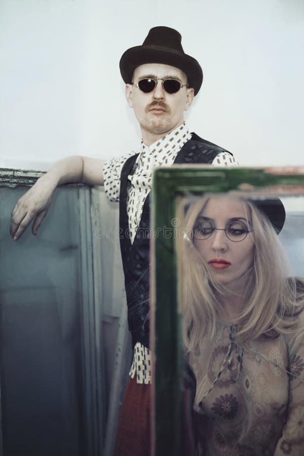 Homem e chapéu e vidros vestindo da mulher fotografia de stock