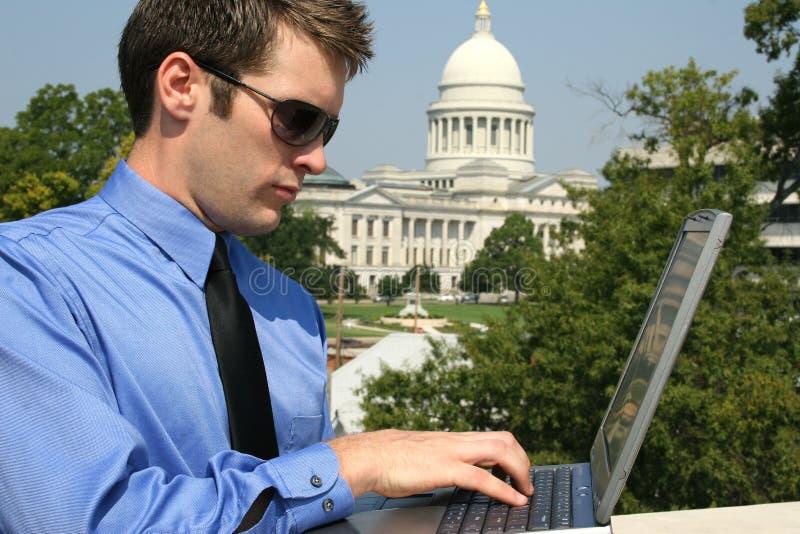 Homem e computador no Capitólio fotos de stock royalty free