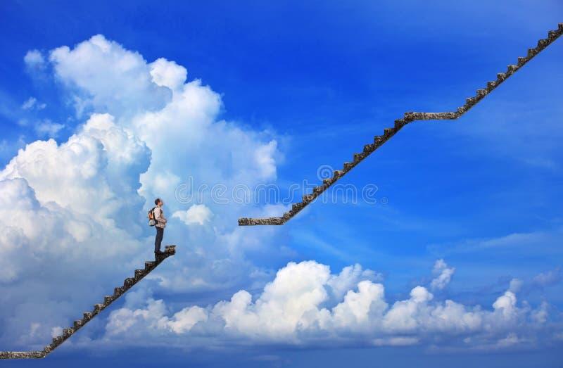 Homem e etapa quebrada com fundo do céu azul fotos de stock